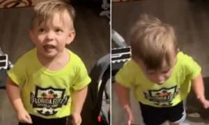Ο 2χρονος μπόμπιρας έγινε viral - Δείτε την αγανάκτησή του