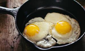 Πώς θα φτιάξεις νόστιμα τηγανιτά αυγά χωρίς πολλές θερμίδες (video)