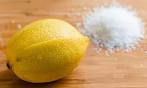 Βάζει αλάτι σε μια λεκάνη με λεμόνι και σκόρδο! Θα το δοκιμάσετε σίγουρα κι εσείς (video)
