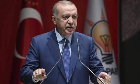 Ο Ερντογάν την ώρα που «σφυροκοπά» τη Συρία, ανοίγει «πυρ» σε Αιγαίο και κυπριακή ΑΟΖ