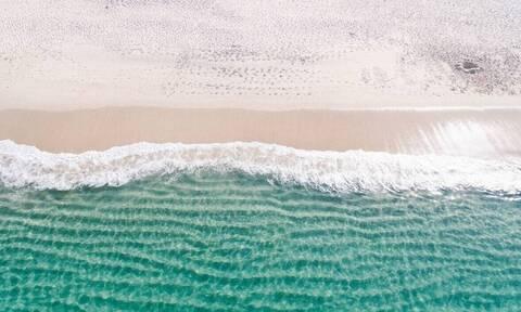 Έκανε βόλτα στην παραλία – «Πάγωσε» με αυτό που αντίκρισε (pics)