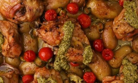 Απολαυστική συνταγή: Kοτόπουλο στο φούρνο με λαχανικά και πέστο βασιλικού