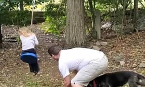 Mπαμπάς βρήκε τον πιο ξεκούραστο τρόπο να κάνει κούνια την κόρη του (vid)