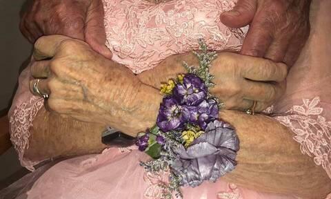 Θα ραγίσει η καρδιά σας: Η αντίδραση ηλικιωμένης με άνοια στην 72η επέτειο με το σύζυγό της (pics)