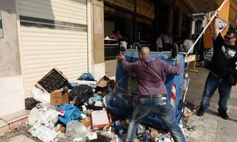 Πορεία ΠΟΕ-ΟΤΑ: Πέταξαν σκουπίδια στο υπουργείο Εσωτερικών