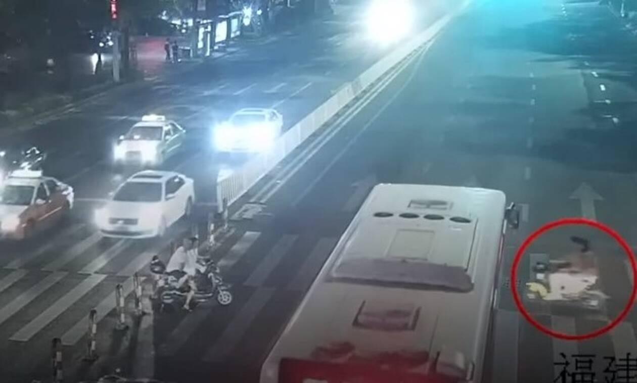 Κορίτσι παγιδεύτηκε κάτω από λεωφορείο - Αυτό που έγινε μετά θα σας εκπλήξει (vid)