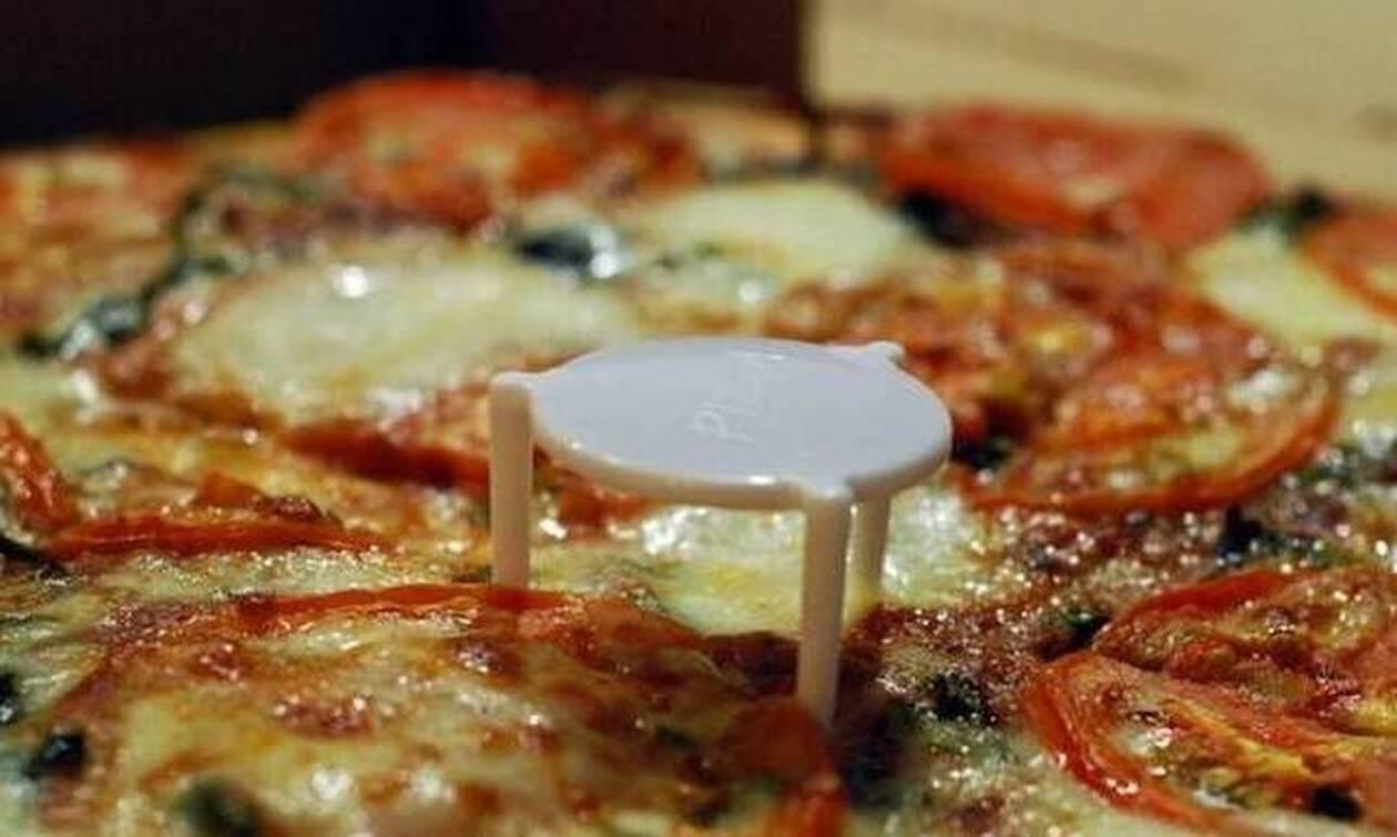 Οι μισοί δεν γνωρίζουν ποιες είναι οι δύο λειτουργίες του πλαστικού στη μέση της πίτσας! (pics)