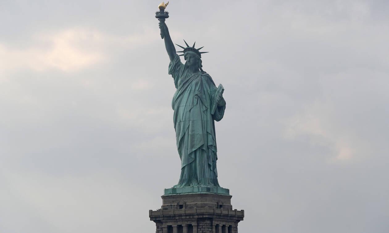 Φοιτήτρια με αναπηρία σκαρφάλωσε στο Άγαλμα της Ελευθερίας (photos+video)