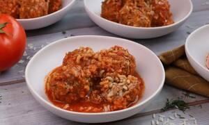 Η συνταγή της ημέρας: Γιουβαρλάκια με κόκκινη σάλτσα