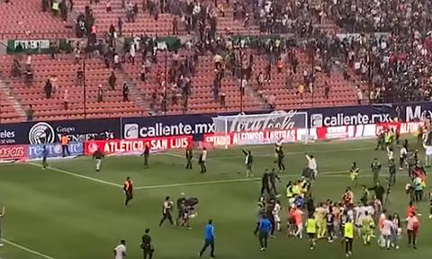 Εικόνες - ΣΟΚ σε ποδοσφαιρικό αγώνα στο Μεξικό: Αιματηρές συμπλοκές μεταξύ οπαδών