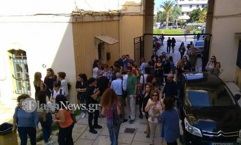Χανιά: Στο δικαστήριο ο πατέρας που ξυλοκόπησε δασκάλα - Διαμαρτυρία πολιτών έξω από το κτήριο