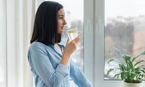 Νερό με λεμόνι το πρωί: 7 οφέλη για την υγεία (εικόνες)
