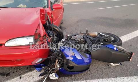 Τρομακτικό τροχαίο στην Αθηνών-Λαμίας: Μηχανή καρφώθηκε σε αυτοκίνητο - Σκληρές εικόνες
