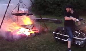 Μερακλής ανάβει τα κάρβουνα με τη μηχανή του! Δείτε το απίθανο (vid)