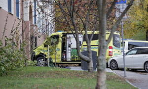 Συναγερμός στο Όσλο: Ένοπλος έκλεψε ασθενοφόρο κι έπεσε πάνω σε πλήθος (pics&vid)