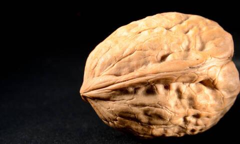 Τι θα συμβεί στον οργανισμό μας αν τρώμε καθημερινά 7 καρύδια (vid)