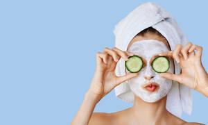 Έχεις λιπαρή επιδερμίδα; Αυτή η σπιτική μάσκα με τρία υλικά είναι ό,τι χρειάζεσαι (vid)