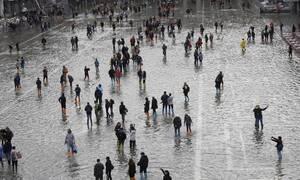 «Πνίγεται» η Ιταλία: Ένας νεκρός από την κακοκαιρία - Κατέρρευσε γέφυρα