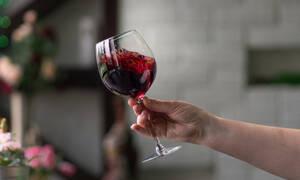 Έτσι θα αφαιρέσετε τον λεκέ από κόκκινο κρασί στα ρούχα (vid)