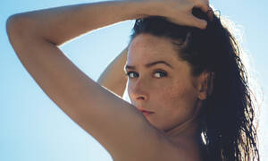 Face Yoga:6 ασκήσεις που μπορείς να κάνεις μόνη σου στο σπίτι για να εξαφανίσεις τις ρυτίδες
