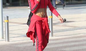 Μαντεύεις ποια είναι; Προκάλεσε χάος στους δρόμους με τους κοιλιακούς της «φόρα παρτίδα»! (Photos)