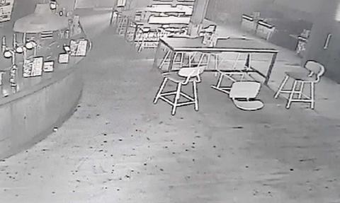 Χτύπησε ο συναγερμός στο μαγαζί του - Μόλις είδε τις κάμερες ασφαλείας «πάγωσε» (vid)