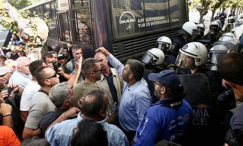 Χάος στην Αθήνα: Συγκέντρωση και κλειστοί δρόμοι αυτή την ώρα στο κέντρο - Ένταση έξω από τη Βουλή
