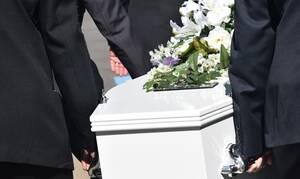 Φρίκη σε κηδεία: Νεκρή σηκώθηκε από το φέρετρο λίγο πριν την αποτέφρωση (pics)