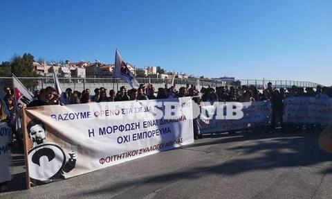 Στους δρόμους οι φοιτητές – Συγκέντρωση έξω από το υπουργείο Παιδείας (pics)