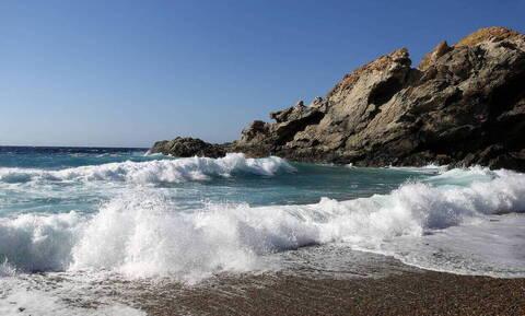 Τρόμος σε παραλία: Πορτοκαλί υγρό προκαλεί εγκαύματα στους λουόμενους (pics)