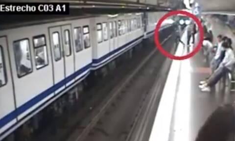 Τρόμος στο Μετρό: Κοίταγε το κινητό της και έπεσε στις γραμμές!