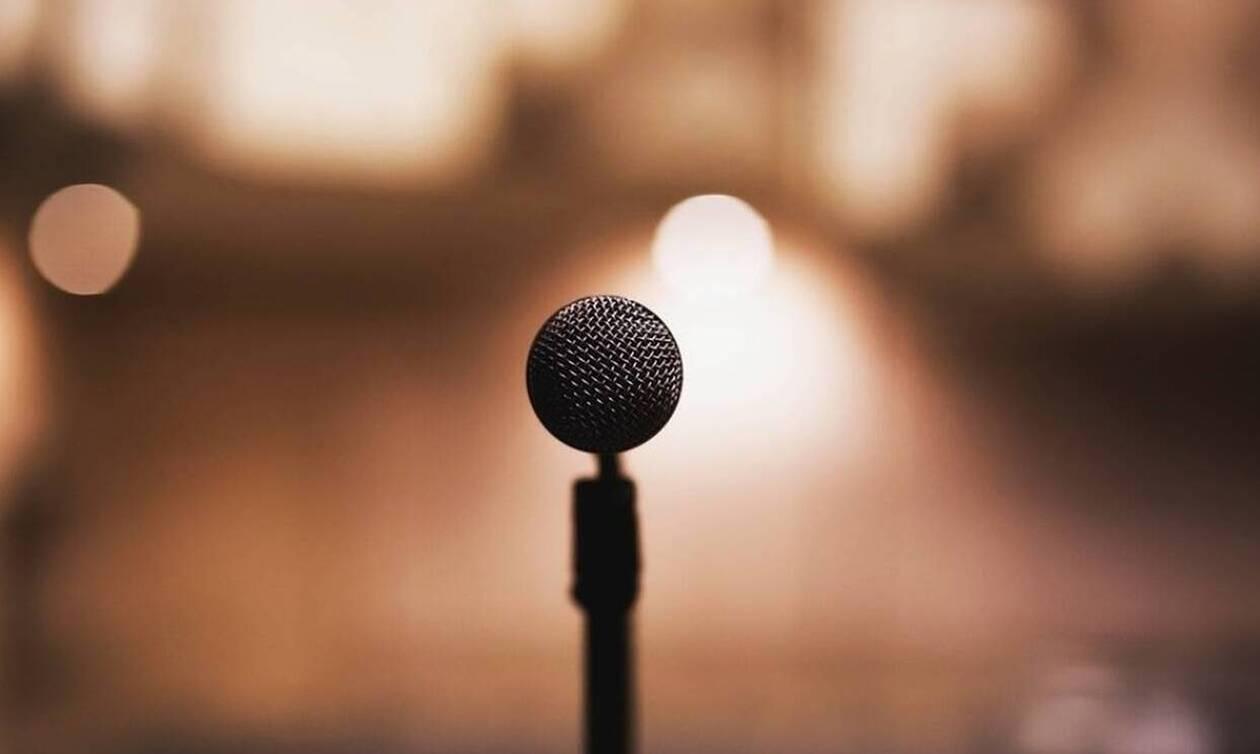Πασίγνωστος τραγουδιστής έπαθε ΣΟΚ στη σκηνή - Δείτε τι συνέβη (pics)