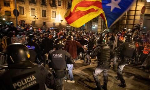 Ισπανία: Επενέβη η αστυνομία για να διαλύσει το πλήθος διαδηλωτών