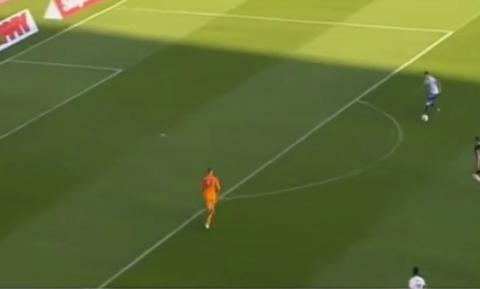 Απίστευτο: Πανηγύρισαν γκολ που δεν μπήκε και το... έφαγαν στην αντεπίθεση (video)