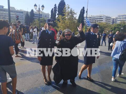 Ελένη Λουκά: «Ξαναχτύπησε» στην παρέλαση - Την απομάκρυναν αστυνομικοί