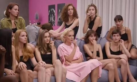 GNTM: Επική γκάφα! Άνδρας κάθεται στον καναπέ του σπιτιού και δεν τον βλέπουν τα κορίτσια (pic+vid)