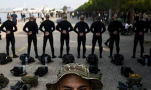 Οι τρεις φωτογραφίες των ΟΥΚάδων στην παρέλαση που «γονάτισαν» το Ίντερνετ