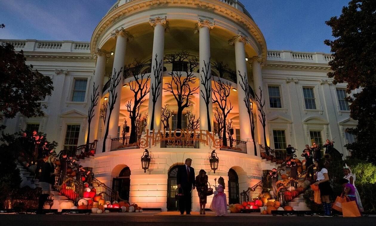 Ο Λευκός Οίκος σε ρυθμούς Halloween: Γέμισε κολοκύθες - Τραμπ και Μελάνια μοίρασαν γλυκά (pics)