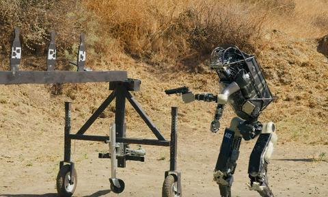 Ρομπότ – στρατιώτης σπέρνει τον τρόμο και ανησυχεί το διαδίκτυο (video)