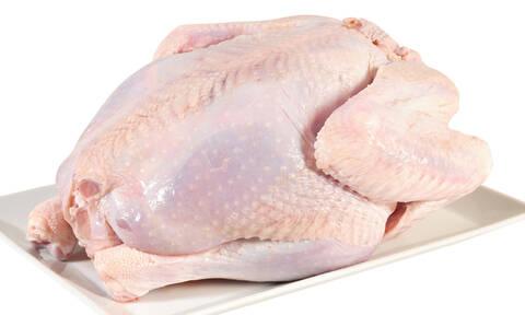 Πλένετε κι εσείς το κοτόπουλο πριν το βάλετε στο φούρνο; Μόλις δείτε το βίντεο θα το σκεφτείτε ξανά!