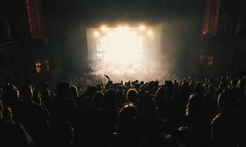 Ξύλο σε συναυλία: Πασίγνωστος τραγουδιστής κατέβηκε από την σκηνή και πλακώθηκε με θαυμαστές (pics)