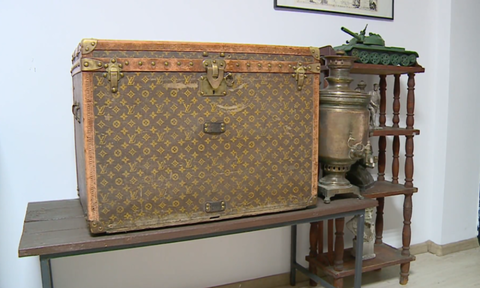 Ασύλληπτο! Είχαν σπίτι τους μπαούλο Louis Vuitton του 1880 – Δεν φαντάζεστε πόσο αξίζει σήμερα (pic)