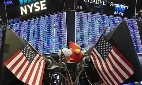 Μικρές απώλειες στη Wall Street - Περιμένουν τα αποθέματα στο πετρέλαιο