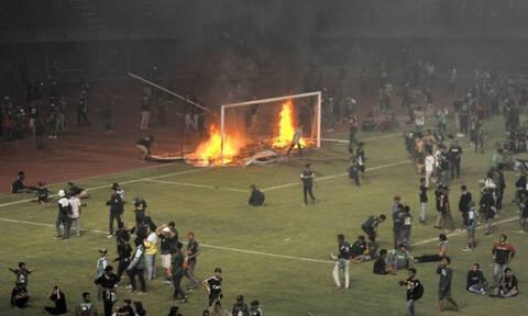 Οπαδοί έκαψαν το γήπεδο μετά από ήττα της ομάδας τους (photos+video)