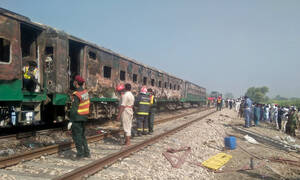 Τραγωδία στο Πακιστάν: Δεκάδες νεκροί από φωτιά σε τρένο (pics+vid)