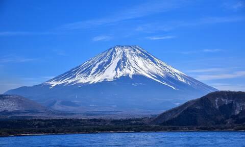 Βίντεο που κόβει την ανάσα: Πτώση άνδρα σε χιονισμένο ηφαίστειο