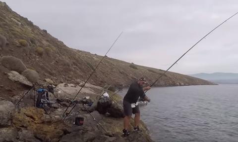 «Πάγωσε» ο ψαράς όταν σήκωσε το καλάμι - Δείτε τι έπιασε (pics)
