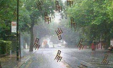 Το ήξερες; Γιατί λέμε τη φράση «βρέχει καρεκλοπόδαρα»;