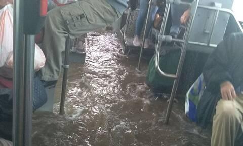 Κακοκαιρία: Απίστευτες εικόνες - Πλημμύρισε λεωφορείο και οι επιβάτες κρέμονταν για να σωθούν (vid)