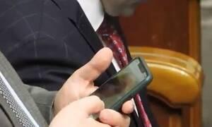 Σάλος: Bουλευτής έκλεινε ραντεβού με ιερόδουλη μέσα στο κοινοβούλιο (Βίντεο - ντοκουμέντο)